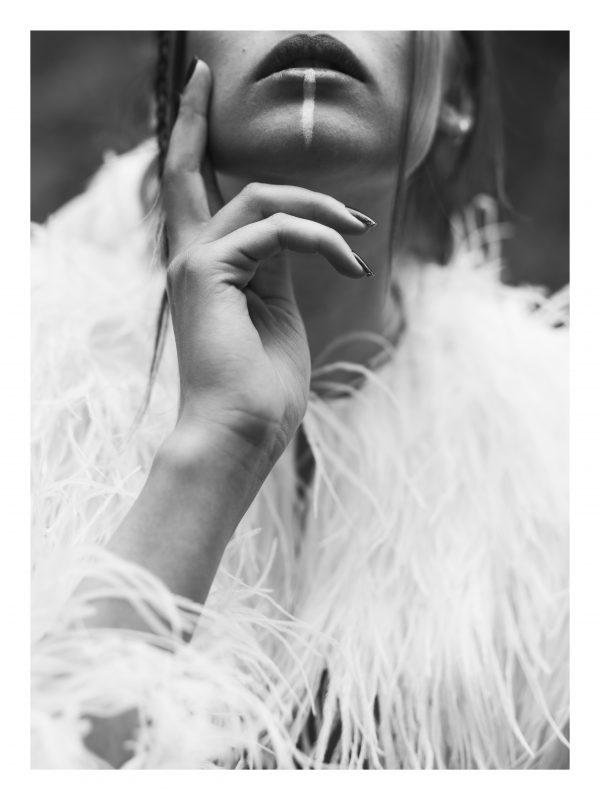 KARMA | POSTER | Närbild på kvinna med målning och fjädrar