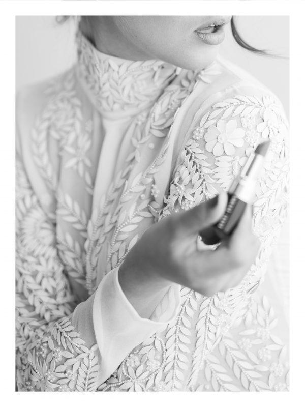 LÄPPSTIFT | POSTER | Kvinna med läppstift i handen