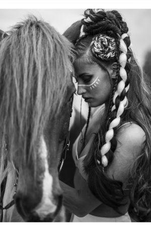 TAGEL | POSTER | Kvinna i franskjol tyglar sin häst