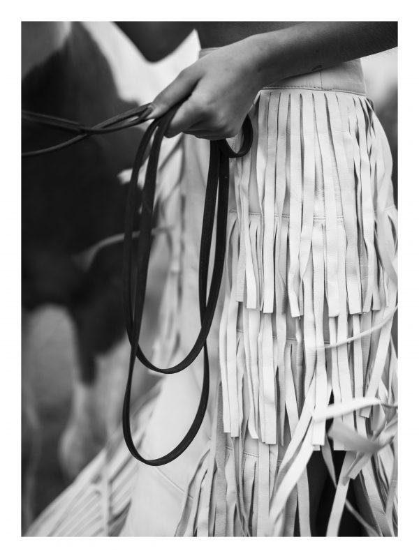 TYGLA | POSTER | Kvinna i franskjol tyglar sin häst
