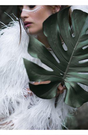 BLAD | POSTER | Vacker närbild på kvinna och blad