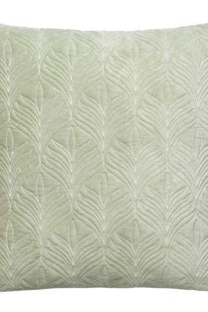 SPRING LEAF - Ljusgrön | En vacker velourkudde med broderat bladmönster i en grön nyans.