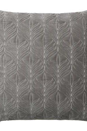 QUILTED MAPLE KUDDE - Mud | En vacker velourkudde med broderat bladmönster i en grå nyans.